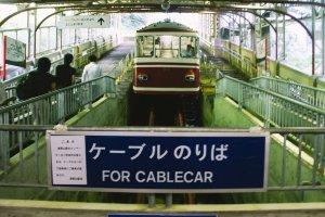 Para penumpang siap menaiki cable car