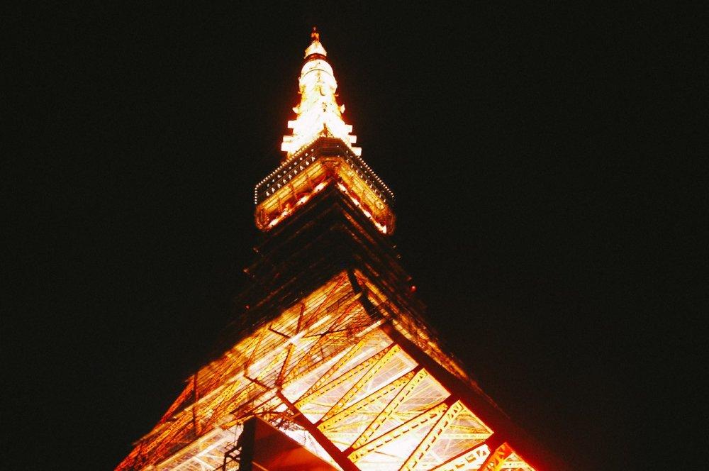 Tokyo Tower yang tinggi menjulang, menghiasi pemandangan langit Tokyo.