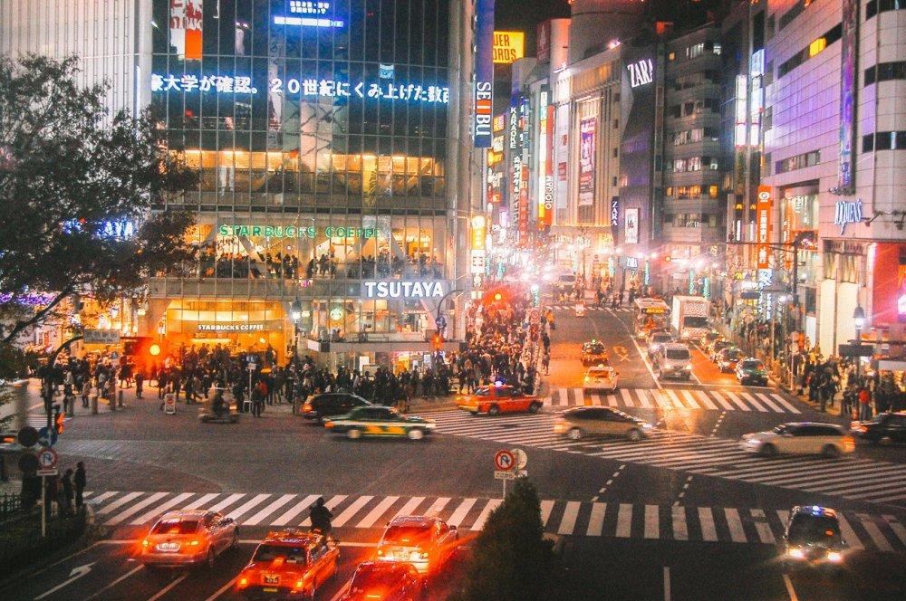 Đám đông ở giao lộ Shibuya vào ban đêm
