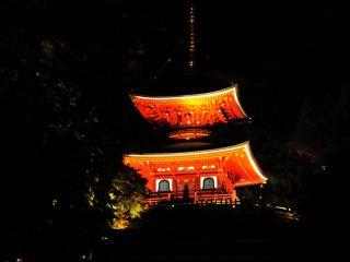 La teinte vermillon de la pagode à deux étages est plus magnifique encore lorsqu'elle s'illumine à la nuit tombée