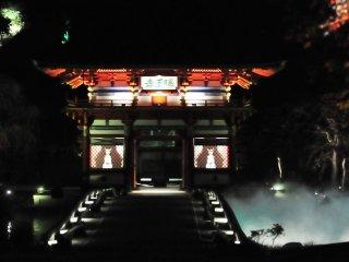 Une vapeur blanche s'élève de l'étang autour de la porte de la montagne et crée une ambiance fantastique