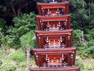 2005년에 지어진 5층 탑을 자세히 살펴