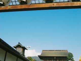 Di depan, gerbang sanmon memanggil untuk dilewati.