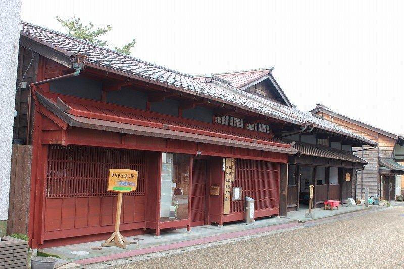 바로 앞의 홍각격자 건물은 '미쿠니미나토마치야다칸'