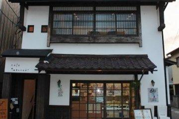 100년 된 나무에 의해 이름이 붙여진 카페 '타부노키'는 이 2층이다