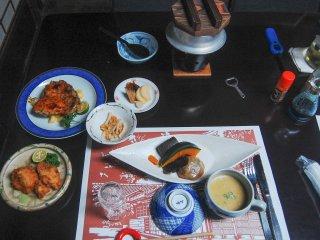 Sajian menu makan malam, ada sayuran, cream soup, ayam panggang apel, dan nasi jamur yang sedang dikukus.