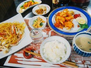 Menu hari kedua, ada pasta kepiting, ikan kod goreng tepung, sayuran, miso, dan tumis udang. Rasanya tak perlu ditanya.