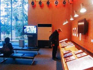 Pengunjung yang sedang melihat pameran foto di lantai satu