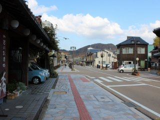 적적한 온천가였지만, 마을 부흥 정비 사업으로 산뜻한 거리가 되었다