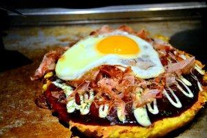 และแล้ว Okonomiyaka ร้อนๆก็มาเสิร์ฟบนโต๊ะที่มีกระทะให้ความร้อนอุ่นๆ ชวนน่าทานเป็นอย่างยิ่งครับ