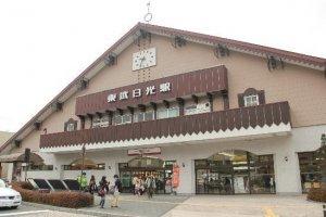 เริ่มต้นที่สถานีรถไฟ Tobu nikko ซึ่งถ้าท่านหันหน้าเข้าสถานี ให้เหลือบมองหันไปทางซ้ายครับ