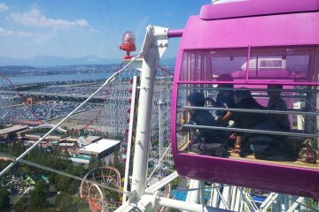 <p>ครอบครัวแสนสุกกำลังสนุกกับการชมวิวบนชิงช้าสวรรค์ยักษ์ Giant Wheel Aurora ซึ่งนี่คือวิธีที่เราจะสามารถชมสวนสนุกในมุมสูงได้รอบทิศรวมไปถึงวิวอันสวยงามโดยรอบแบบสุดลูกหูลูกตาได้ด้วย</p>