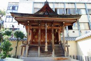 Kuil Tiga Saudara Perempuan tampak depan, yang baru didirikan pada tahun 1998 ketika Kuil Shibata dan Kuil Rubah dibangun kembali