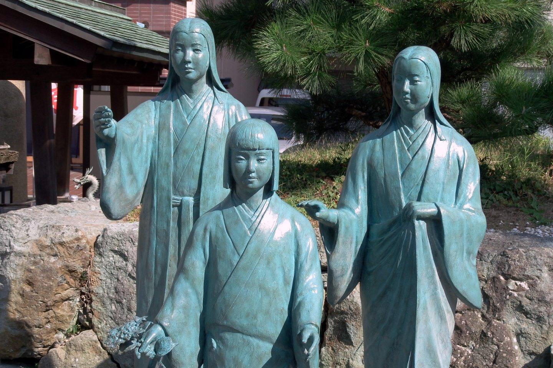 Patung perunggu Tiga Saudara Perempuan Sengoku: Chacha (kiri), Go (tengah), dan Hatsu (kanan)