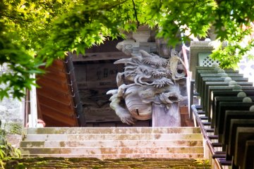 <p>A scary dragon peering down at you from the entrance to Oyama&nbsp;Temple&nbsp;</p>
