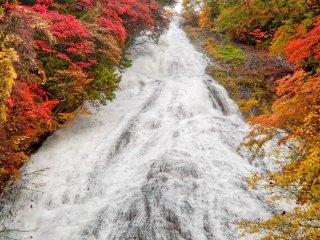 ทะเลสาบยุโมะโตะจะไหลลงสู่น้ำตกยุทะเกะ คุณสามารถเข้าไปใกล้น้ำตก