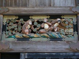 หนึ่งในสิ่งประดับที่โด่งดังของศาลเจ้า Toshogu - ลิงไม่ฟัง ไม่ดู ไม่พูด