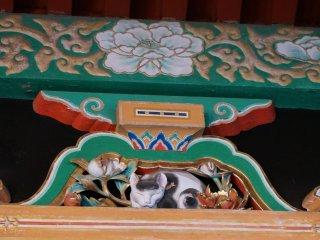 หนึ่งในสิ่งประดับที่โด่งดังของศาลเจ้า Toshogu - แมวนอน