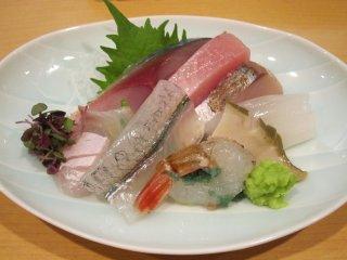 刺し身は基本的に一人前ずつの盛りで供される。いろいろな魚の盛り合わせは食べて楽しい