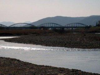 アーチ型に架かる橋は「舟橋」。江戸時代は、幾艘もの舟を横つなぎにし、鉄製の鎖で留めて橋とした。舟橋の地名はそれに由来する