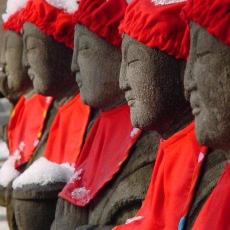 카마쿠라의 유명한 로쿠지조 조각상들