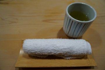 <p>นั่งปุ๊บแจกชาเขียวและผ้าร้อน</p>