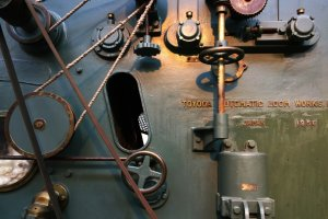 หนึ่งในเครื่องจักรอันเก่าแก่อันเป็นนวัตกรรมของโตโยดะ (TOYODA) ที่มี่ส่วนขับเคลื่อนและพัฒนาแวดวงอุตสาหกรรมสิ่งทอของญี่ปุ่นให้ก้าวหน้าไปอย่างมาก