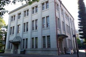 TOYOTA Group Building > นี่คืออาคารประวัติศาสตร์อันเป็นสำนักงานใหญ่ของ TOYODA Spinning Company ที่ก่อสร้างขึ้นเมื่อปี ค.ศ.1925 หลังจากที่คุณซากิชิ โตโยดะ (Sakichi Toyoda) ก่อตั้งบริษัท TOYODA Automatic Weaving ขึ้นในปี ค.ศ.1911 โดยอาคารประวัติศาสตร์นี้เองเป็นสถานที่ประชุมหลักอันเป็นจุดกำเนิดของ TOYOTA Industries Corporation และ TOYOTA Motor Corporation นั่นเอง