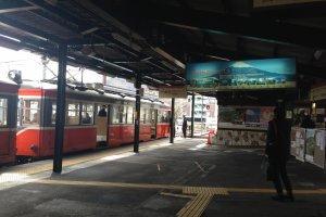 ภายในจะมีอยู่ 2 ชานชาลา ส่วนนี้จะเป็นส่วนรถไฟ Hakone Tozan train ที่ไต่เขาขึ้นมาสุดทางที่นี่ครับ