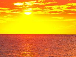 เมื่อพระอาทิตย์ตกดินทิศตะวันตก ท้องฟ้าและน้ำทะเลเริ่มมีสีที่งดงาม