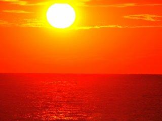 Matahari bersinar terangdi atas laut seolah-olah ia mencoba untuk mencairkan ... matahari yang kuat dan menyilaukan!