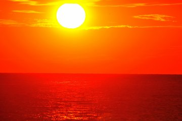 <p>พระอาทิตย์ขนาดใหญ่ส่องแสงเหนือท้องทะเลราวกับว่ามันพยายามที่จะละลายทะเล ... แสงแดดมีประสิทธิภาพมาก</p>