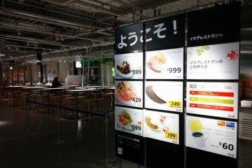 <p>В ресторане на втором этаже подают знаменитые мясные тефтели ИКЕА по 599 йен за порцию &nbsp;</p>