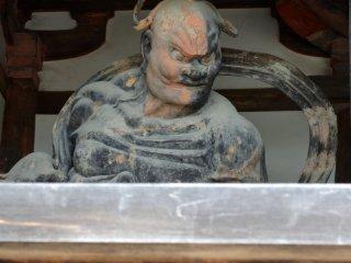 Второй пугающий бог-охранник из пары с закрытым ртом