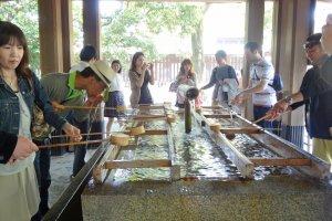 พิธีเทะมิซุเป็นพิธีสำหรับให้ผู้มาเยี่ยมชมชำระล้างตัวเองให้บริสุทธิ์ก่อนเข้าวัดหรือศาลเจ้า