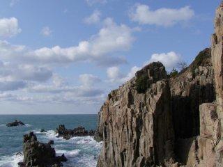Скалы Тодзимбо возвышаются над бушующим морем