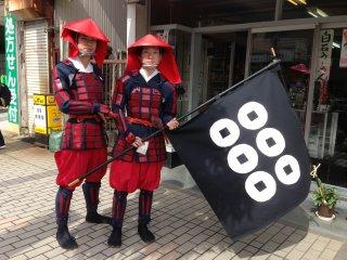 사나다 가문의 두 멤버가 전투기와 함께 포즈를 취하고 있다.
