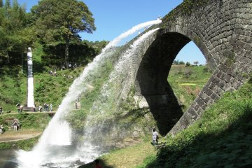 <p>The water is released on weekends and holidays from late spring (around May) to late autumn (around the end of November).&nbsp;</p>