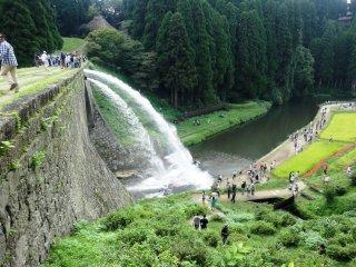 Nước được xả vào buổi trưa vào cuối tuần và vào ngày nghỉ từ cuối xuân cho đến tận cuối thu
