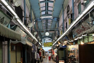 <p>Enjoy a hot taiyaki in this &quot;old, dirty, trashy and friendly&quot; covered market!</p>