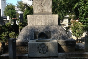 <p>Tojo Hideki 1-1-12 The skyscraper behind the grave is Sunshine City. Formerly Sugamo Prison was located there.</p>