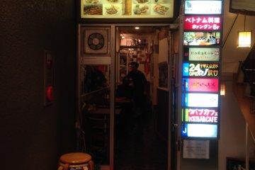 <p>Pintu masuk Kebab Cafe, Shibuya</p>