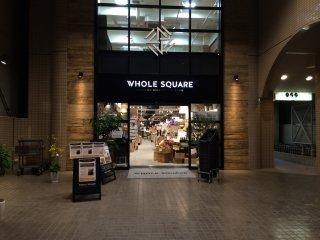 Đi lên phía bắc dọc theo Kamitori và rẽ ở góc Ngân hàng Higo và cửa hàng đồng hồ Ohashi, của hàngWhole Square ở đó.