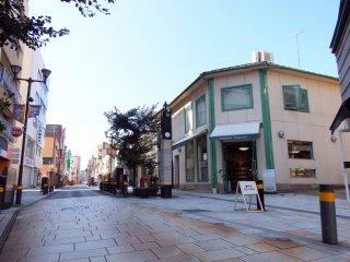 Con phố mua sắm Kitano-Sho, từ đó bạn có thể vào con phố Galleria Motomachi. Nó trông hơi giống một số con phố ở Meguro của Tokyo ... Không ?!