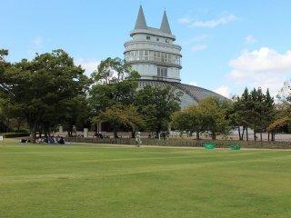 この広々とした芝生は丁寧に維持管理され、毎月一度芝刈りが行われている。イベントも数多く開かれる