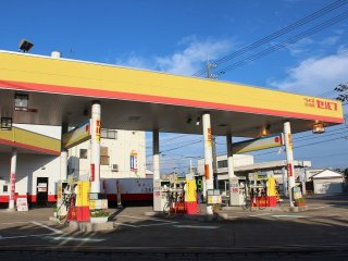 福井市内ほか数カ所ある「ライズ給油所」はこの黄色と朱色が目印だ