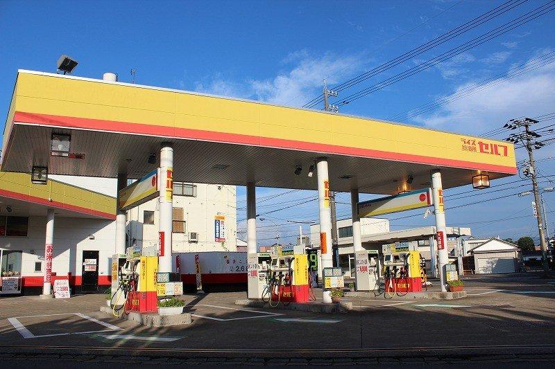 """후쿠이 시내 외 여러 곳에 있는 """"라이즈 급유소""""는 이 노란색과 주홍색이 표시이다"""