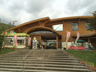 Quý khách có thể mua sản phẩm địa phương tại Moenosato.