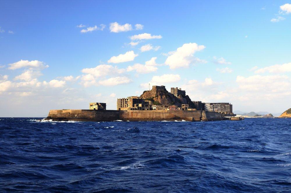 軍艦島がその全容を現す なるほど海洋に現れた異様な雰囲気は軍艦そのもの