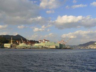 長崎水辺の森を出航すると直ぐに向って左側に、三菱重工業長崎造船所のドックが見えてくる さすがに海運都市である